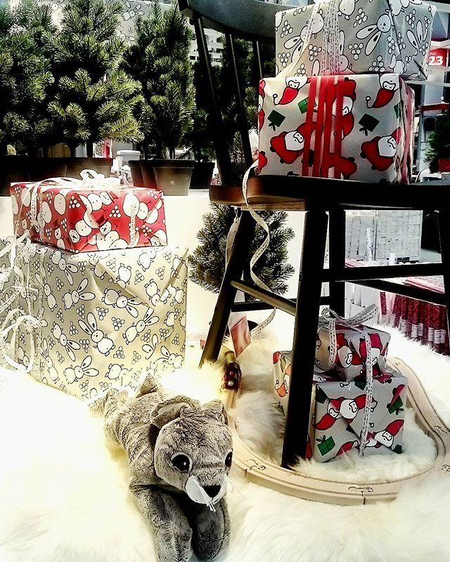 Nu har även IKEA Malmö plockat fram julen. Mycket guld, rött, svart och natur. Fick med mig både plåtburkar och omslagspapper hem. Det sägs att shopping motverkar sorgen en liten stund i alla fall. #ikeajul16 #helenesjul #helenesunderbarajul #julpynt #juldekorationer #jul #jul2016 #jul16 #Julbloggar #julblogg #christmas16  #julkänsla #instajul #instachristmas #ikeamalmö