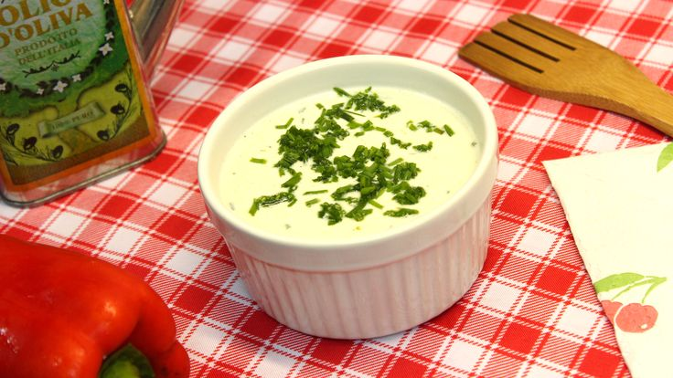 Salsa de Kéfir. Ingredientes: - 1 taza de yogur de kéfir - 3 cdtas. de ciboulette fresco - Sal y pimienta a gusto - 6 cdtas. de aceite de oliva  Preparación: 1. Mezclar los ingredientes con un tenedor. 2. Refrigerar por media hora. 3. Aplicar en distintos platos y preparaciones.