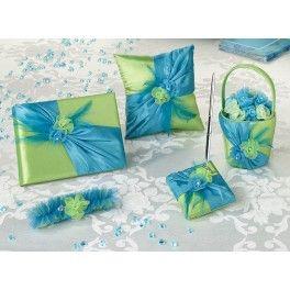Huwelijkscollectie  met als basis groen satijn, geaccentueerd aan de voorzijde met blauwsatijnen sjerp, blauwe veren en groen/blauwe organza bloemen