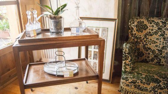 Camarera francesa años 30 con taracea  Esta camarera procedente del Marché des Puces parisino es una joya. Con finos detalles de marquetería, el mueble dará un toque especial a cualquier rincón de tu hogar.