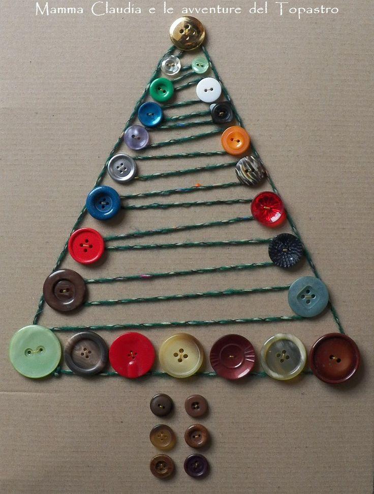Albero di Natale realizzato con cartone, bottoni e filo di lana