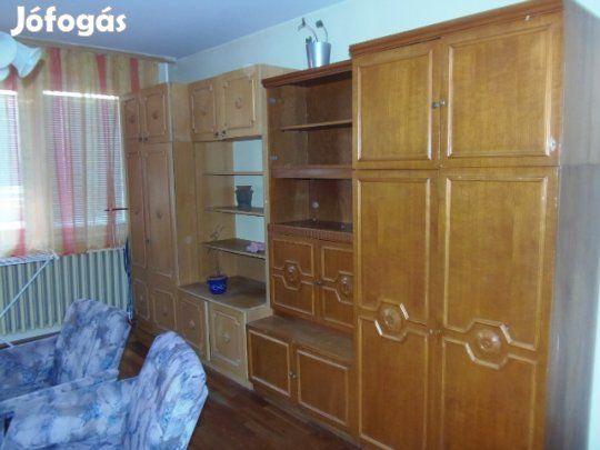Eladó Ingyen elvihető bútorok!: Ingyenesen, sürgősen elvihetők a következő dolgok:  -4 részes szekrénysor -1 db akasztós szekrény -2 db…