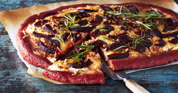 En glutenfri pizza med vacker färg som passar utmärkt att skära upp i bitar till mingel eller stående förrätt i köket.