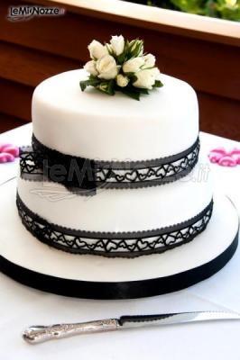 http://www.lemienozze.it/gallerie/torte-nuziali-foto/img31123.html  Torta nuziale bianca con decorazioni nere