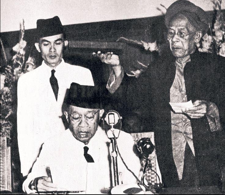 Pengambilan sumpah RAA Wiranatakusumah sebagai wali Negara Pasundan, 26 April 1948. Foto: repro 30 Tahun Indonesia Merdeka 1945-1949.