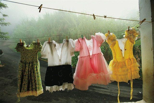 """Amy Toensing """"Quale colore? Vento di protesta a Portorico"""" - marzo 2003 – Utuado, Portorico // «L'essenza della fotografia è riversare nell'immagine ciò che hai nel cuore.» Quando cerca le immagini da riprendere, Amy Toensing pensa essenzialmente a tre cose: le relazioni, la storia e un elemento di bellezza. Poi aggiunge: «Per me il fattore tempo ha un ruolo importantissimo: tempo da trascorrere con le persone, tempo da dedicare alla storia.»"""