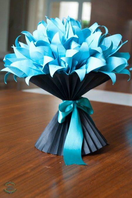 Vaso de lírios em origami com vaso plissado em papel.