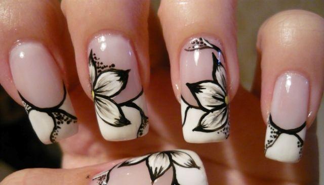 Design in Schwarz-Weiß: French Manicure und Blumen