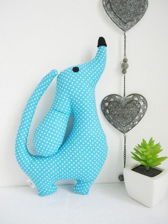 Peluche-doudou chien de décoration en tissu turquoise à pois