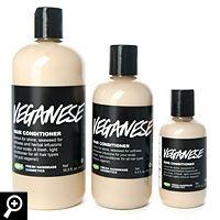 Wir persönlich finden, Veganese ist der beste vegane Conditioner auf dem Markt. Wir sind davon so überzeugt, weil wir Agar-Agar-Gel statt Lanolin verwenden um dein Haar weich zu machen, und jede Menge Zitronensaft für extra viel Glanz. So haben wir es mal wieder geschafft, eine vegane Alternative, komplett ohne Qualitätseinbußen, zu entwickeln. Veganese eignet sich übrigens auch sehr gut bei feinem oder schnell fettendem Haar.