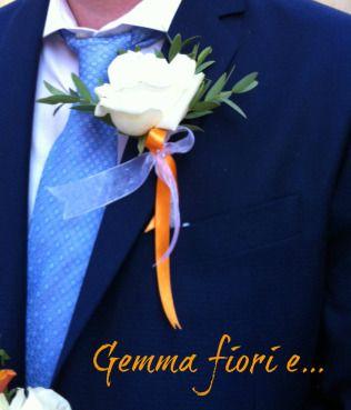 Bottoniera per sposo con rosa bianca #matrimonio #weddingflowers #corsage #bouttoniere #rose #bianco #arancione