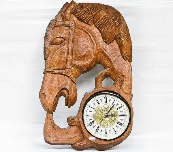 Relógio esculpido em madeira, desenho de cabeça de cavalo. 60 x 37cm.