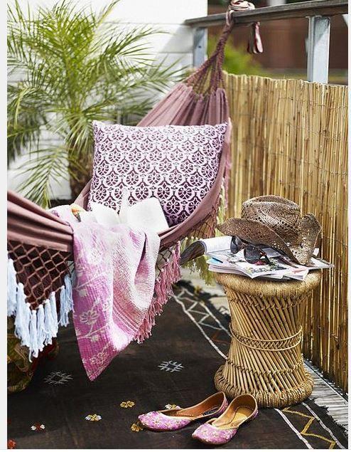 Balkonunuza güzel bir salıncak koyabilir ve yazın tadını bu salıncakta sallanarak, yatarak ya da uyuyarak geçirebilirsiniz. Bazılarımızın en büyük zevki bu salıncaklardır tabi, insanı