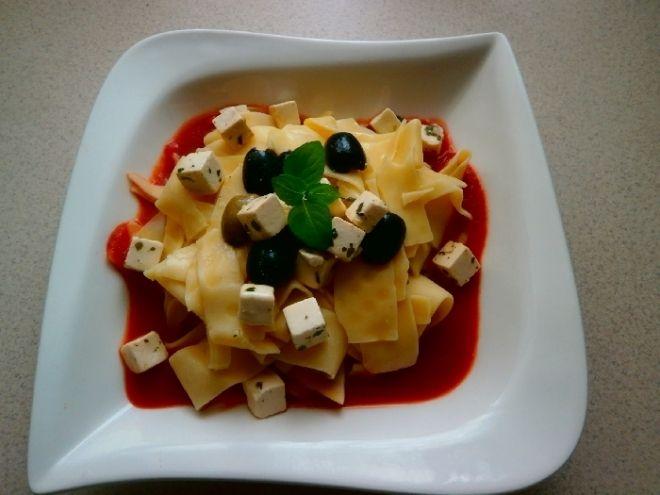 Těstoviny rajčatová passata kozí sýr a olivy