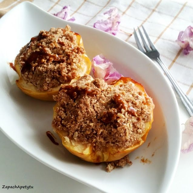 Baked apple with nut crumble #zapachapetytu #bakedapple #crumble