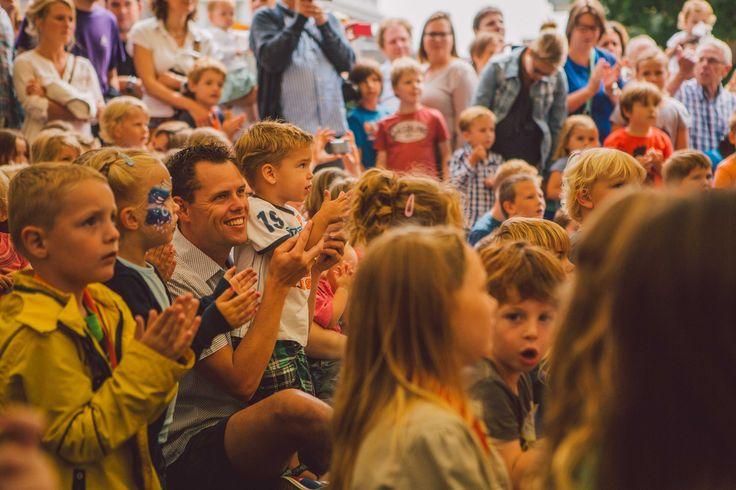 """De Vierdaagsefeesten Kidsloop is een kinderwandelparcours door het centrum van Nijmegen, speciaal voor kids tot en met 12 jaar. Iedere dag loopt de route via een andere echte Nijmeegse locatie, zoals de Waalkade en het Kronenburgerpark. Onderweg zijn er allerlei leuke activiteiten en natuurlijk gaan we op de laatste dag even kijken bij de """"echte"""" wandelaars op de eerste dag van de Vierdaagse."""