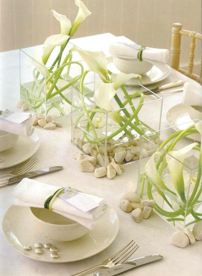 Diese Tischdekoration aus weißen Blumen verleiht dem Tisch einen eleganten Look