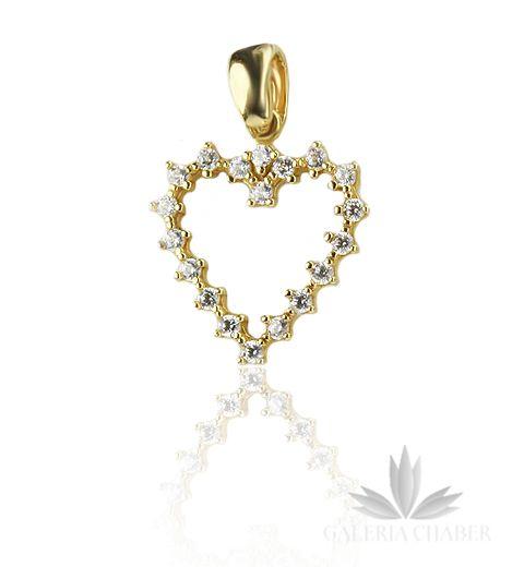 Delikatna zawieszka ze złota z próby 585. Wysadzana Cyrkoniami w kształcie serca. Całkowita długość zawieszki to około 2,2 cm. Szerokość wzoru około 1,4 cm.