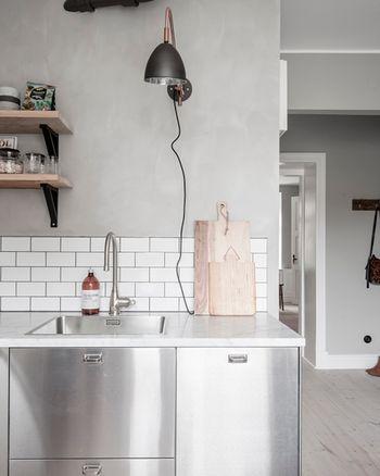 壁に取り付けるウォールランプは首振りができるものもありますので、作業に合わせて角度を調節できて便利だと思います。キッチンの台の上に置くものではなく壁に取り付けられる照明を付けることで、作業スペースもすっきり確保できますね。