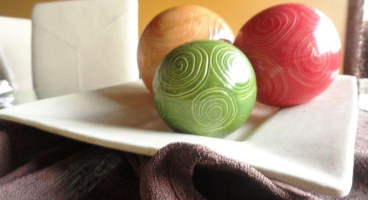 CENTRO DE MESA... Esferas de colores, plato