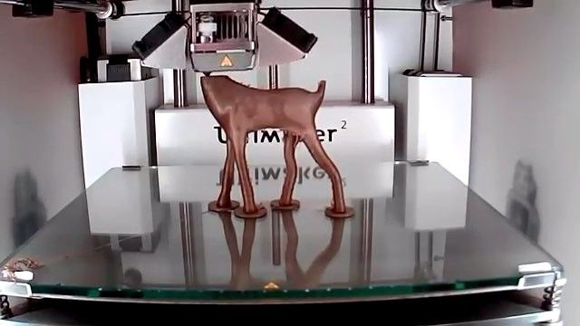 As impressoras 3D fazem cada vez mais sucesso e já provaram do que são capazes. Elas podem criar desde objetos mais complexos até os mais simples de maneira eficiente e muitas vezes mais barata. Já existem dezenas de métodos diferentes de impressão 3D e cada um trabalha de maneira distinta e utiliza materiais próprios que podem variar de simples ligas plásticas a até mesmo tecido humano. Basicamente as impressoras 3D funcionam da seguinte maneira: uma pessoa projeta um modelo tridimensional…