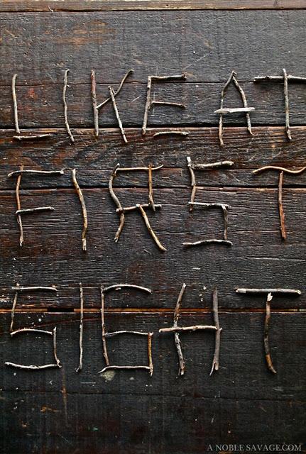 Lettres en bois (branches et petits bâtons)