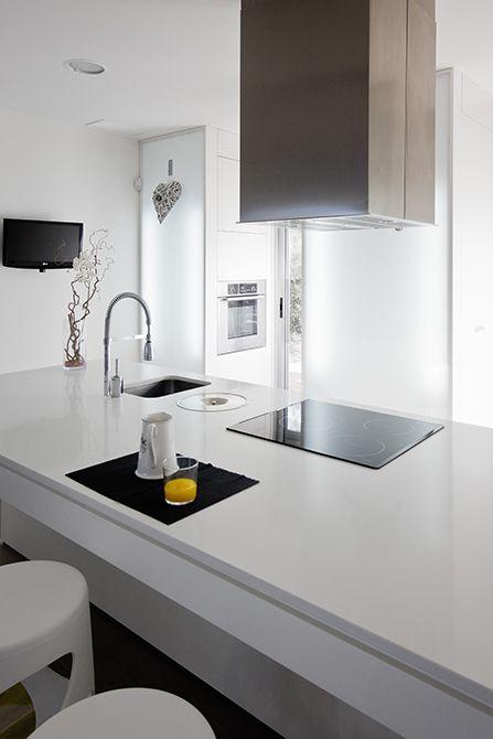 Cocina blanca con isla en casa minimalista | Chiralt Arquitectos Valencia. #Isla #moderna #encimera #desayuno