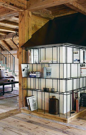 La bibliothèque greffée à la cheminée - Plus de photos de ce chalet sur Côté Maison http://petitlien.fr/72uu