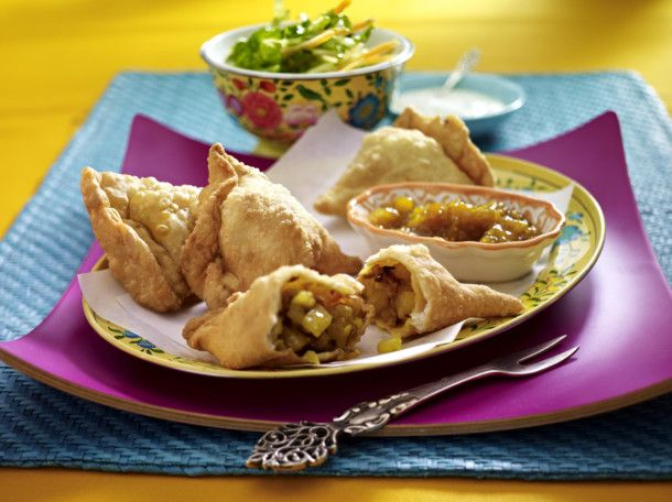 Unser beliebtes Rezept für Samosa (indische Teigtaschen gefüllt mit Gemüse) mit Mango-Chutney und mehr als 55.000 weitere kostenlose Rezepte auf LECKER.de.