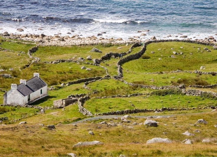 Presenting Bloody Foreland: named for the rusty red hue of the rocks when the evening sun hits, this Irish-speaking area of County Donegal is like many around the island of Ireland – a place of wildly rugged beauty, where it seems time stopped long ago… #loveireland #ireland #irlanda #irland #irlande #donegal #gweedore #bloodyforeland #wildatlanticway #atlanticocean #cottagelife