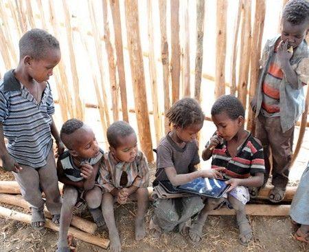 Jeunes éthiopiens à la découverte  d'une tablette tactile