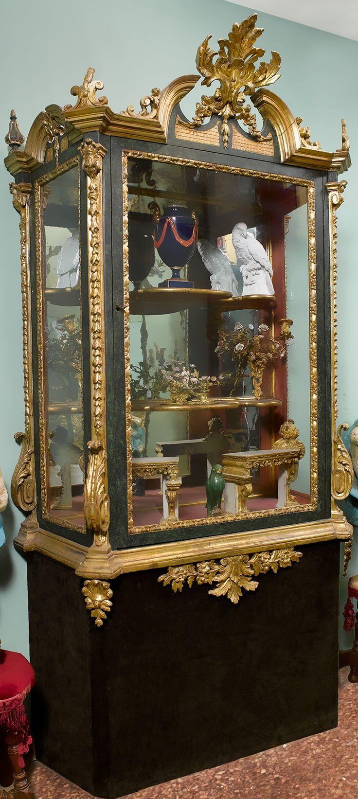 Elégante vitrine à fronton en bois sculpté et doré