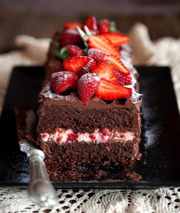 Una opción para hacer una torta fácil y deliciosa… A un bizcochuelo húmedo de chocolate, rellená con una crema chantilly con pedacitos pequeños de frutilla. Bañá con una ganache de chocolate y decorá con frutillas cortadas a la mitad, pintadas con gel de brillo o espolvoreadas con azúcar talco. ¡Un postre que podés llevar a …