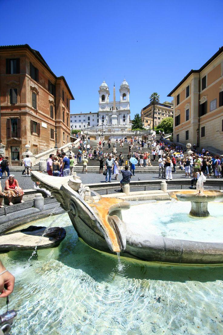 昼間は大賑わいのローマ スペイン広場