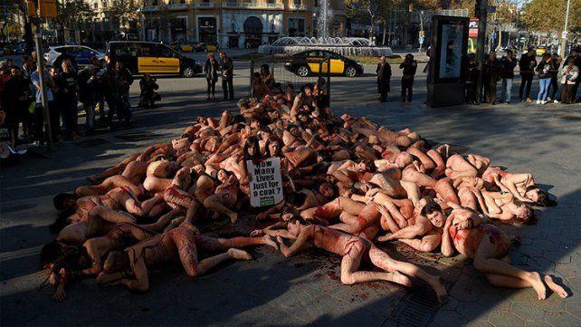 #Activistas se desnudaron contra los abrigos de piel - Diario Uno: Diario Uno Activistas se desnudaron contra los abrigos de piel Diario…