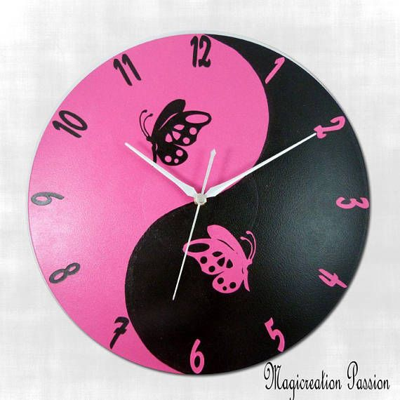 horloge silencieuse murale papillons dcor yin et yang en rose et noir sur disque vinyle with. Black Bedroom Furniture Sets. Home Design Ideas