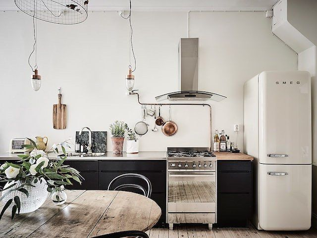 Loving the drama in today's home tour (now live on the blog). The kitchens pretty too! #kitchen #swedishhome #smeg  @fotografanders @entrancemakleri