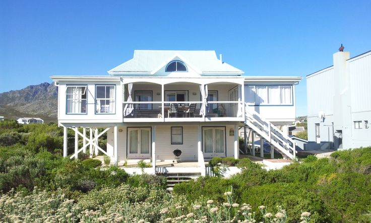 Best beach house! A minutes walk over the dunes to the beach. Pringle Bay.