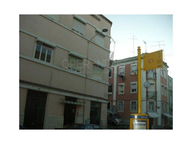 Apartamento T1 Beato Lisboa OLAIAS, PERTO DO METRO, 2º andar, COZINHA SEM EQUIPAMENTOS, na Rua Capitão Roby ao lado da paragem do autocarro. Boas áreas, Sala 15m2, Quarto 15m2, Cozinha, Wc completo. Zona bem servida de comércio e transportes públicos à porta. Visite com Helena Ribeiro e ligue para NOVE, UM, NOVE, TRÊS, ZERO, QUATRO, QUATRO, SETE, NOVE.   Categoria Energética: D