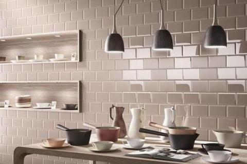 Серая плитка на кухне