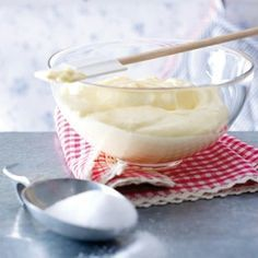 Wir zeigen Ihnen, wie Sie ruck, zuck eine schnelle Tortencreme zaubern. Die cremigen Köstlichkeiten sind in 5 Minuten gerührt und viele Zutaten benötigen Sie auch nicht. Perfekt!