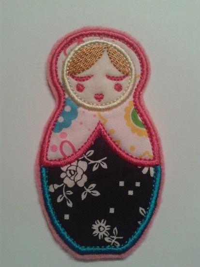 Deze leuke Anoushka Babushka applicatie in roze-zwart is ongeveer 10 centimeter
