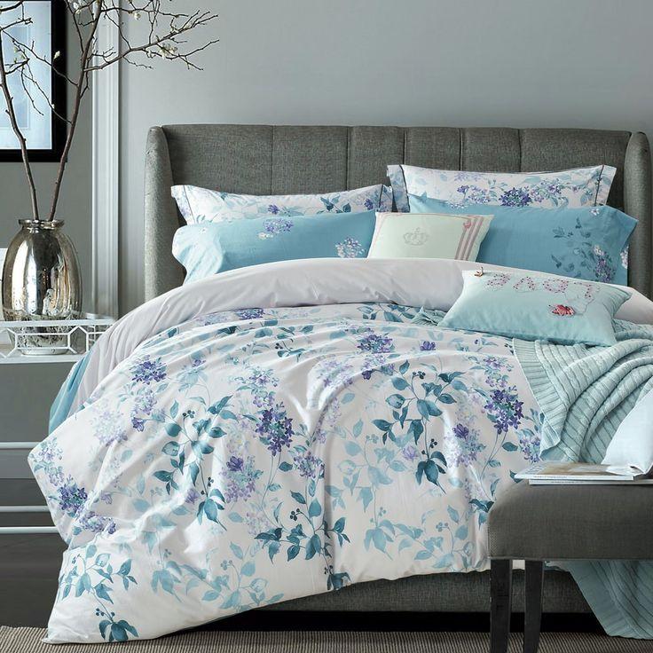 Un classique floral dans les nuances de Turquoise et bleu / violet ornent cette housse de couette réversible
