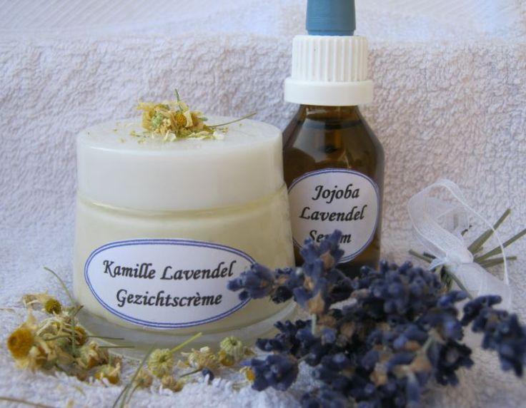 Een recept voor natuurlijke kamille lavendel gezichtscreme met lavendel etherische olie, jojoba olie en shea butter.