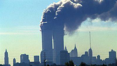 Věže Světového obchodního centra v New Yorku po útoků teroristů z Al-Káidy 11. září 2001.