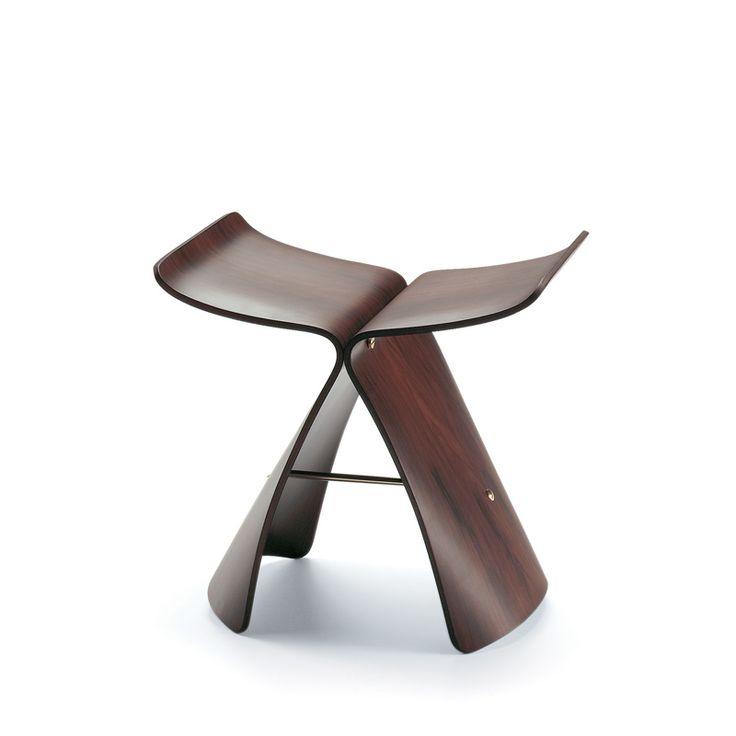 Dessiné par Sori Yanagi en 1954, le tabouret Butterfly Stool allie des formes orientales à la technique de cintrage du contre-plaqué conçue par Charles et Ray Eames.