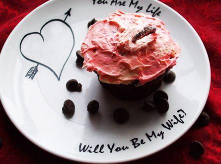 Se il vostro lui/lei è goloso/a sarebbe carino  far preparare una torta e in cima porre un cofanetto con l'anello. #misposo