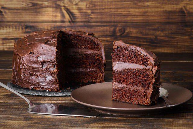 Десерт без затей: 5 рецептов простых и вкусных тортов  Домашний торт — лакомство, желанное в любое время года. Правда летом вряд ли кому–то захочется подолгу колдовать над сладкими шедеврами у пышущей жаром духовки. А потому самое время вспомнить рецепты простых тортов в домашних условиях. #едимдома #готовимдома #торт #десерт #рецепты #вкусно #праздник #домашняяеда #готовим