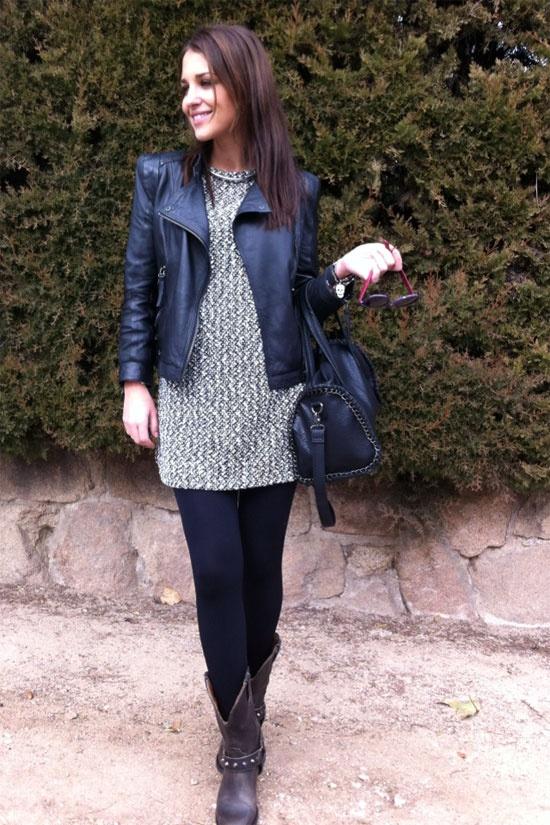 Cazadora negra, vestido suelto de primavera, medias negras tupidas y botas de motera.