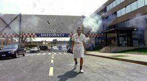 El caballero oscuro (Christopher Nolan, 2008). Uno de los principales atractivos de esta película de Batman es la interpretación de Heath Ledger, que improvisó en diversos momentos del rodaje. Uno de los más recordados es esta escena en que, disfrazado de enfermera, vuela un hospital. Aunque las explosiones debían efectivamente ir sucediendo en orden con un cierto lapso de tiempo entre ellas, la última se retrasó más de lo previsto y Ledger, dentro del personaje, se puso a mirar con ...